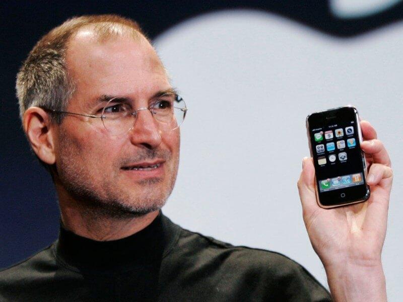 Steve-Jobs-iPhone-800x600