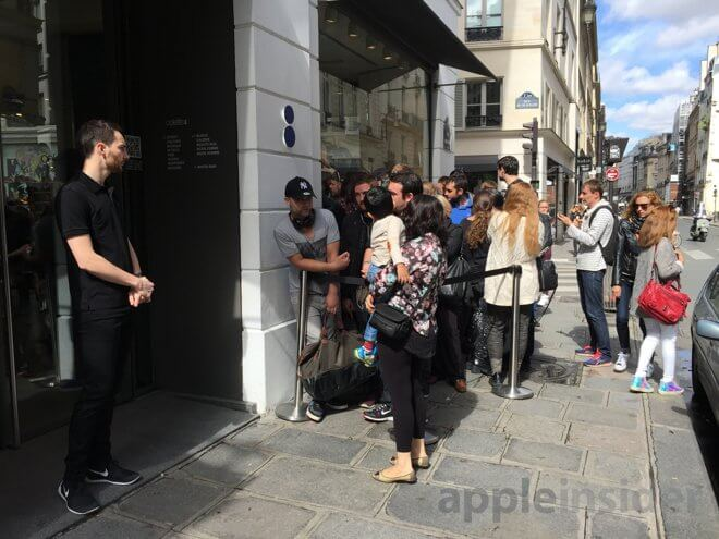Fila de personas esperando por el Apple Watch