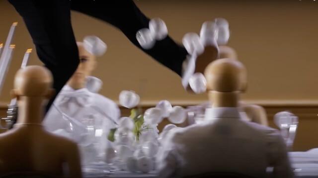 en medio del anuncio se puede observar como un hombre comienza a patear manzanas blancas